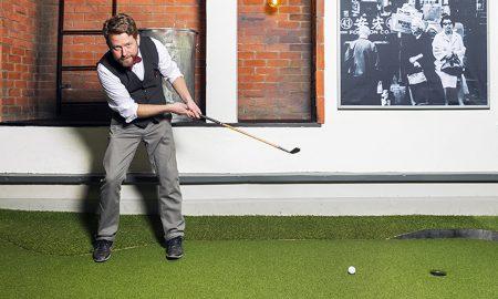 Hans Olofsson, världsmästare i bangolf och civilekonom som nu driver ett företag där minigolfbanor är affärsidéen. Swing by Golfbaren, på Surbrunnsgatan 46:Civilekonomen